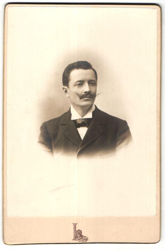 Fotografie Grands Magasins du Louvre, Paris, Portrait bürgerlicher Herr mit Schnauzbart