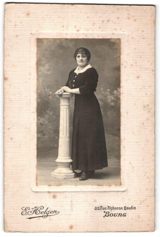 Fotografie E. Helgen, Bourg, Portrait Dame in zeitgenöss. Mode