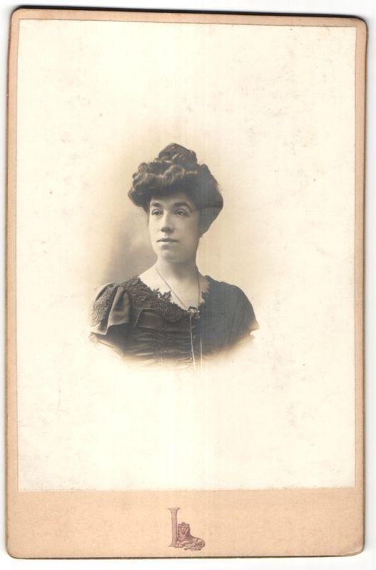 Fotografie Grands Magasins du Louvre, Paris, Portrait Frau mit Hochsteckfrisur