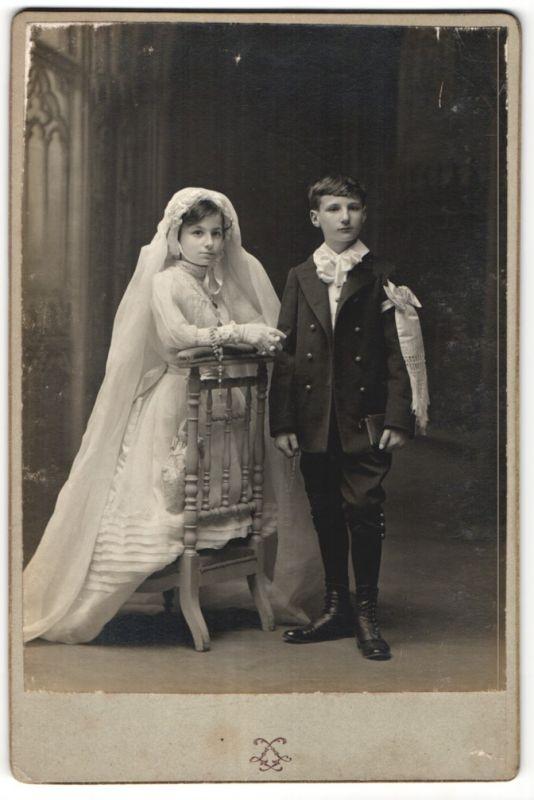 Fotografie Grands Magasins du Louvre, Paris, Portrait Knabe und Mädchen in feierlicher Mode, Geschwister, Zwillinge