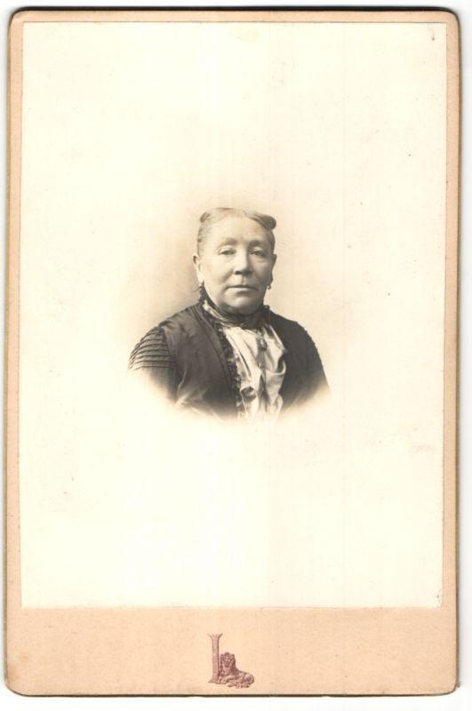 Fotografie Grand Magasins du Louvre, Paris, Portrait betagte Dame mit zurückgebundenem Haar