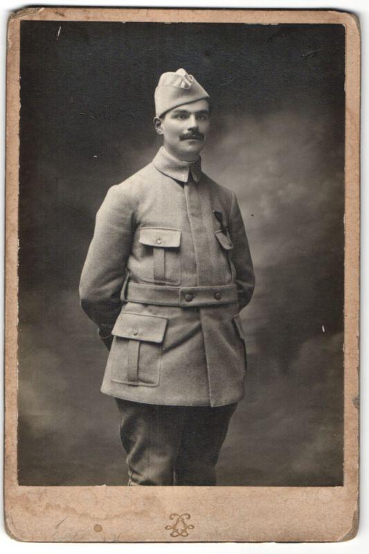Fotografie Grands Magasins du Louvre, Paris, Portrait französ. Soldat mit Schiffchen