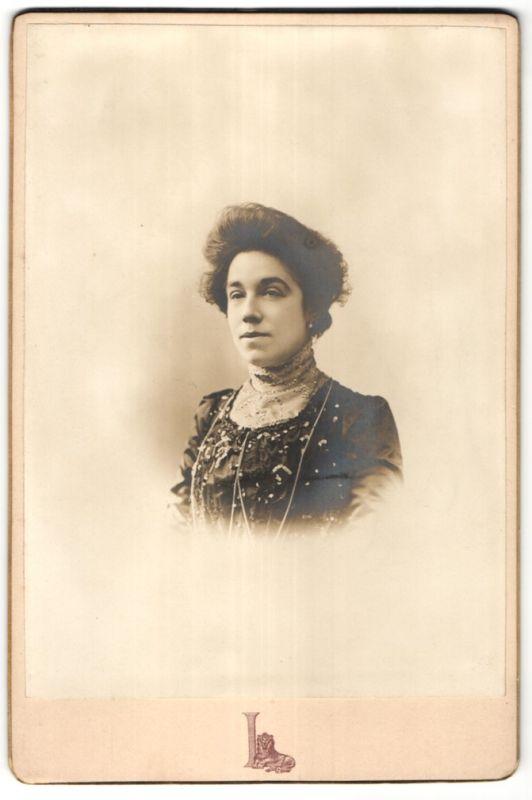 Fotografie Grand Magasins du Louvre, Paris, Portrait Dame mit Hochsteckfrisur