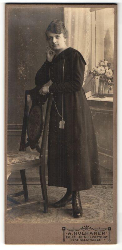 Fotografie A. Kulhanek, Berlin, Portrait junge Frau in zeitgenöss. Mode