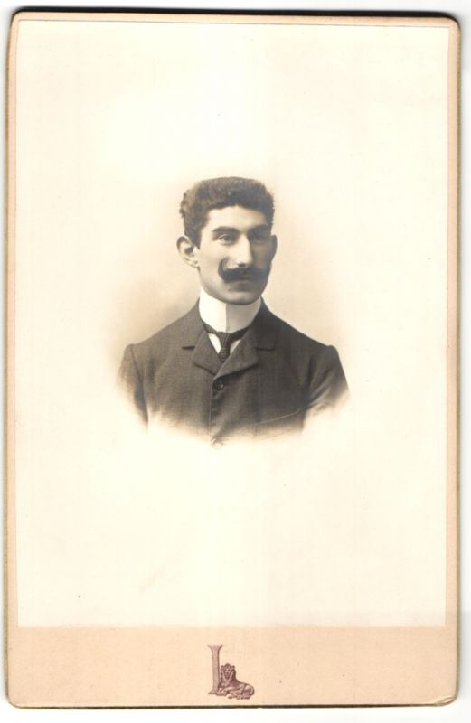 Fotografie Grands Magasins du Louvre, Paris, Portrait Herr mit Schnauzbart