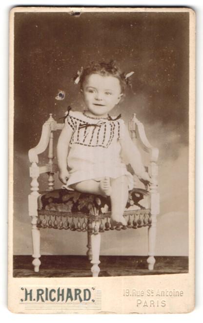 Fotografie H. Richard, Paris, Portrait kleines Mädchen mit nackigen Füssen