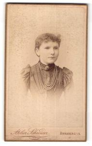 Fotografie Atelier Schroeder, Annaberg i/S, Portrait junge Frau mit zurückgebundenem Haar