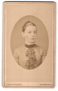 Fotografie J. S. Schroeder, Annaberg i/S, Portrait Mädchen mit Kruzifix