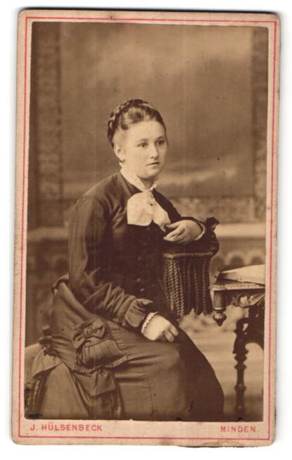 Fotografie J. Hülsenbeck, Minden, Portrait junge Frau in zeitgenöss. Mode