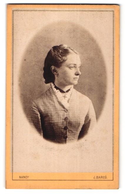 Fotografie J. Barcó, Nancy, Portrait Fräulein mit zeitgenöss. Frisur