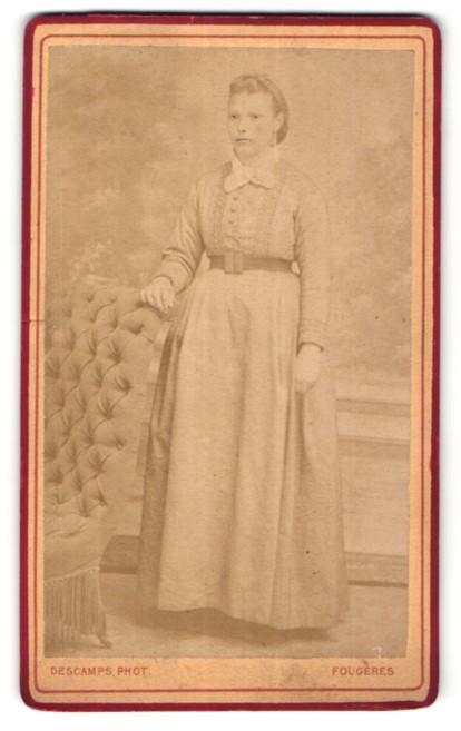 Fotografie Descamps, Fougères, Portrait Frau in zeitgenössischem Kleid