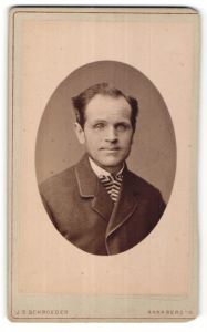 Fotografie J. S. Schroeder, Annaberg i/S, Portrait Herr mit zeitgenöss. Frisur
