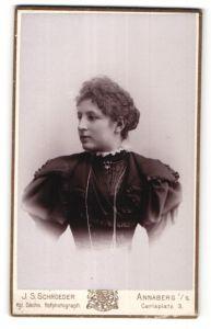 Fotografie J. S. Schroeder, Annaberg i/S, Portrait junge Frau mit zurückgebundenem Haar