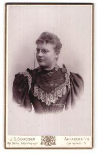 Fotografie J. S. Schroeder, Annaberg i/S, Portrait junge Frau mit Zwicker