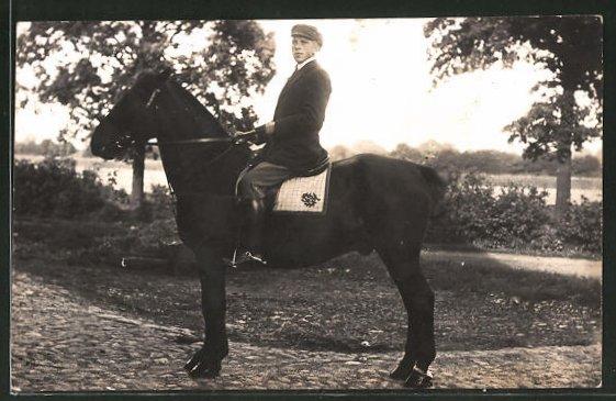 Foto-AK junger Mann im Sattel eines Pferdes