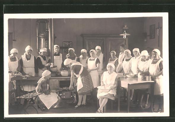 Foto-AK Frauen bei einem Koch- und Backlehrgang