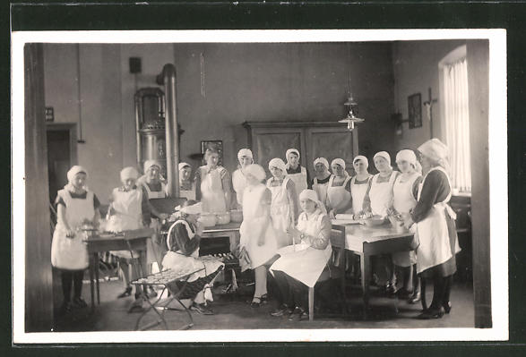 Foto-AK Frauen bei einem Koch- und Back-Lehrgang