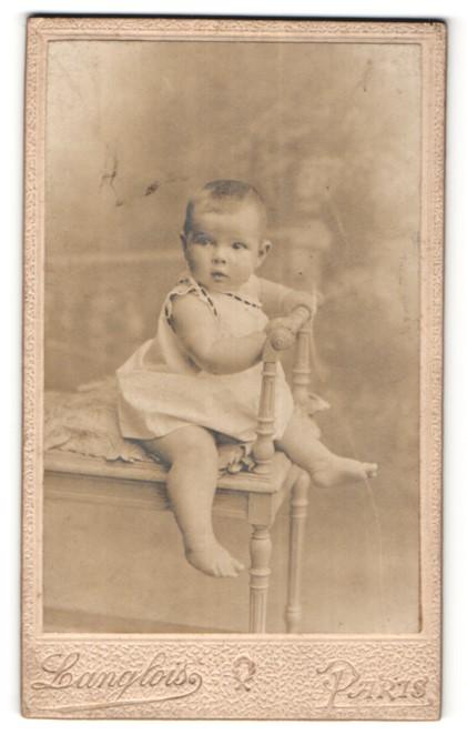 Fotografie Langlois, Paris, Portrait Säugling mit nackigen Füssen