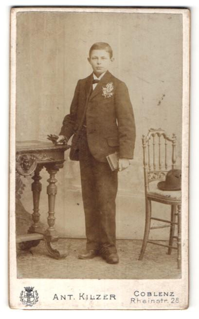 Fotografie Ant. Kilzer, Coblenz, Portrait Knabe in festlichem Anzug