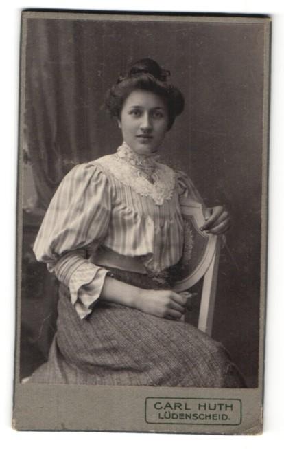 Fotografie Carl Huth, Lüdenscheid, Portrait bürgerliche junge Dame mit Hochsteckfrisur