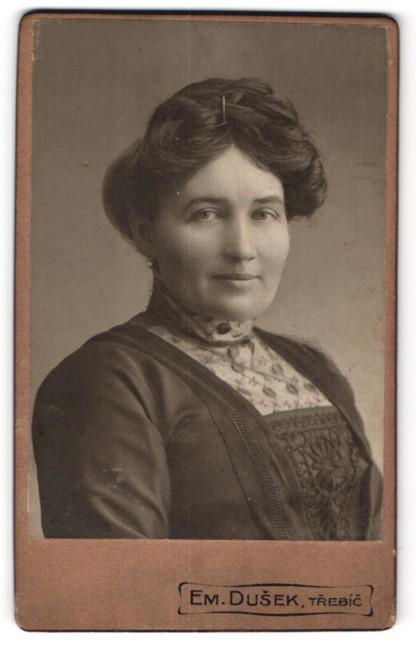 Fotografie Em. Dusek, Trebíc, Portrait Dame mit Hochsteckfrisur