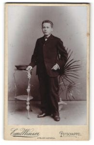 Fotografie Emil Winzer, Potschappel, Portrait Knabe in Anzug
