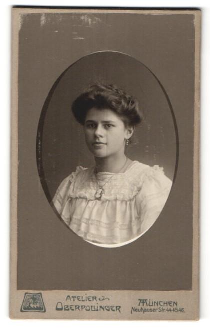 Fotografie Atelier Oberpollinger, München, Portrait junge hübsche Frau mit Ohrringen und Halskette