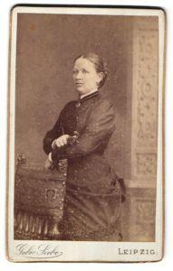 Fotografie Gebr. Siebe, Leipzig, junge hübsche Dame im edlen Kleid mit Brosche am Kragen