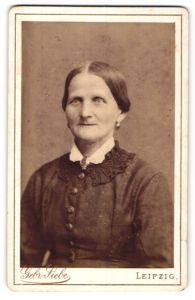 Fotografie Gebr. Siebe, Leipzig, Portrait älterer Dame mit hübschen Ohrringen und Brosche am Kragen