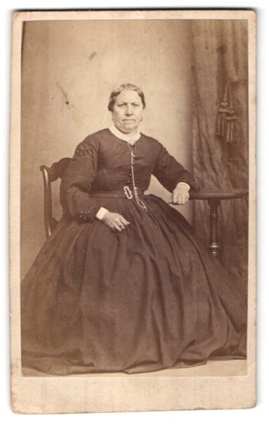 Fotografie Fotograf & Ort unbekannt, ältere Dame im prachtvollen Kleid