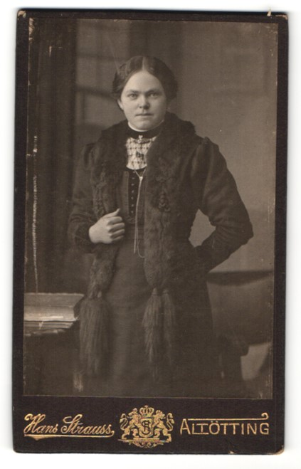 Fotografie Hans Strauss, Altötting, hübsche Frau in edlem Mantel mit Pelzkragen