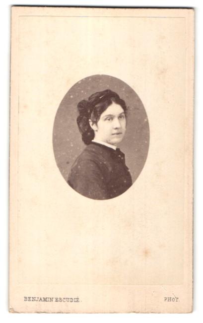 Fotografie Benjamin Escudie, Lyon, Portrait dunkelhaarige junge Frau mit Haarband