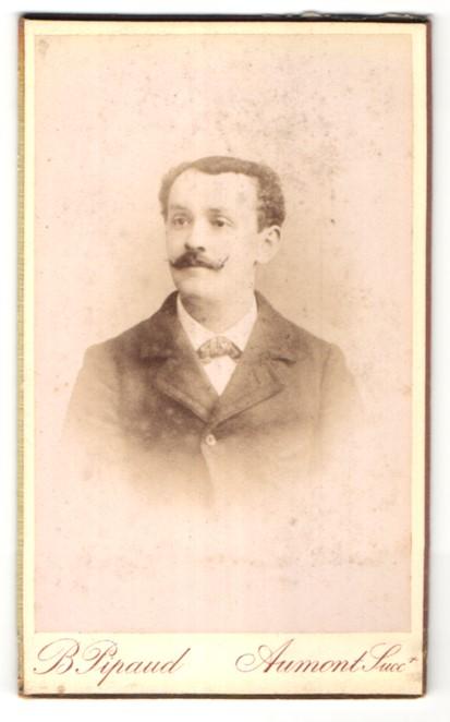 Fotografie B. Pipaud, Nantes, Portrait edler Herr mit Schnurrbart