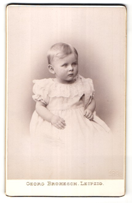 Fotografie Georg Brokesch, Leipzig, kleines blondes Mädchen im weissen Kleid mit Spitze