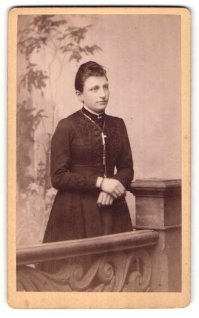 Fotografie Daniel Weissgärber, Elterlein / Sachsen, hübsche Dame mit Dutt und Halskette am Geländer stehend