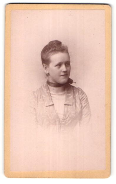 Fotografie Daniel Weissgärber, Elterlein / Sachsen, Portrait hübsches Mädchen mit Dutt und Halstuch