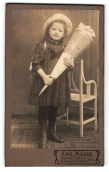 Fotografie Emil Maass, Schwarzenberg i. S., hübsches Mädchen mit Schultüte und Hut