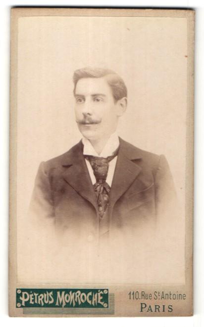 Fotografie Petrus Monroche, Paris, Portrait junger Mann mit Oberlippenbart