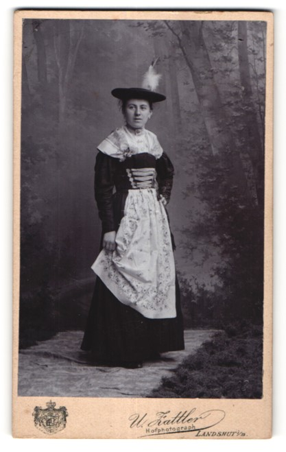 Fotografie U. Zattler, Landshut i/B, Portrait junge Frau in Tracht