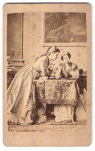 Fotografie unbekannter Fotograf und Ort, Portrait zwei junge Frauen in zeitgenöss. Mode