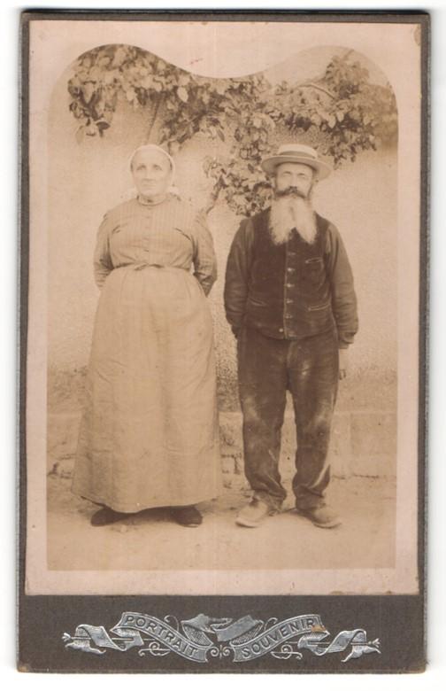 Fotografie unbekannter Fotograf und Ort, Portrait greises Paar in zeitgenöss. Kleidung