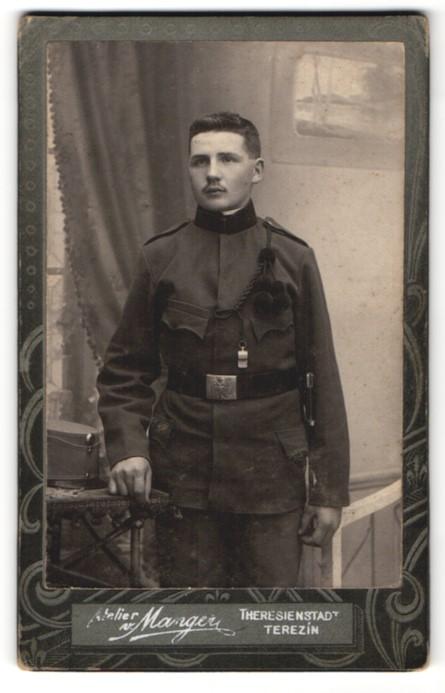 Fotografie Atelier v. Manger, Theresienstadt, Portrait österr. Soldat in Uniform