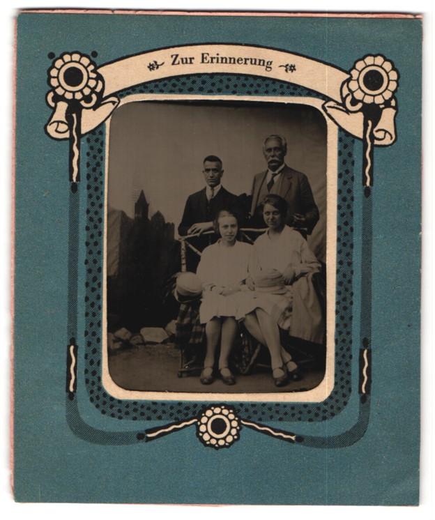 Fotografie zwei Herren und zwei Damen unterschiedlicher Generationen