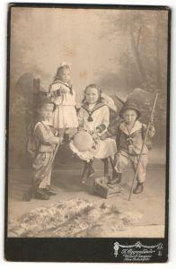 Fotografie K. Oppenlände, Waiblingen, Portrait zwei Knaben und zwei Mädchen, Schrotflinte, Wanderstab