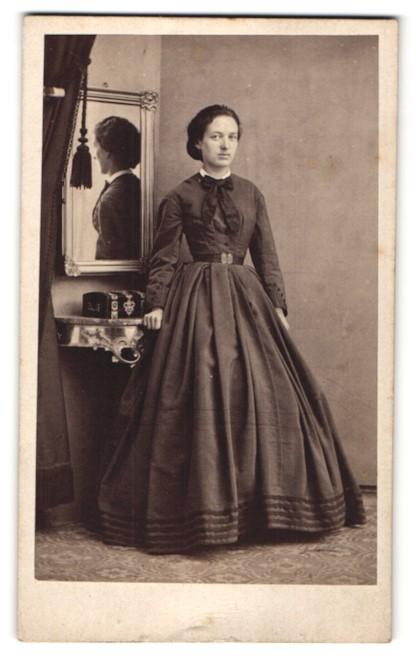 Fotografie Ph. Müller, Homburg les Bains, Portrait Dame in zeitgenöss. Mode und Spiegelbild