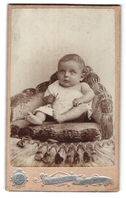 Fotografie A. Jandorf & Co., Berlin, Portrait Säugling mit nackigen Füssen