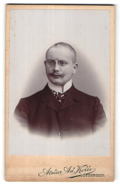 Fotografie Ad. Kolle, Göttingen, Portrait junger Herr mit diversen Schmissen und Zwicker