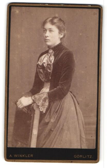 Fotografie A. Winkler, Görlitz, Portrait junge Frau in zeitgenöss. Mode