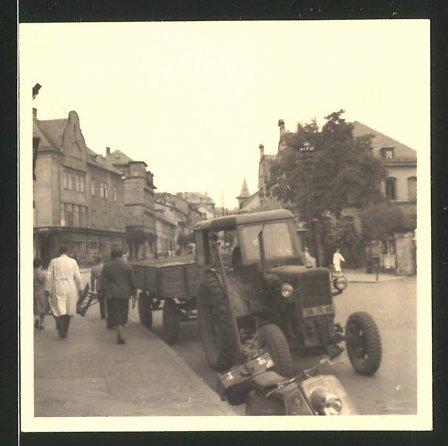 Fotografie Traktor, Schlepper mit Anhänger am Strassenrand