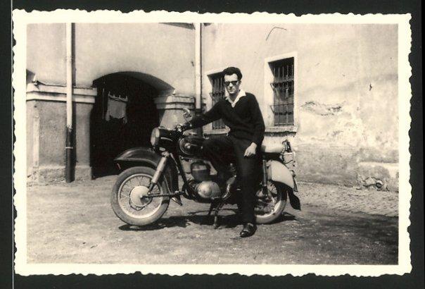 Fotografie Motorrad ES-MZ, lässiger Fahrer mit Sonnenbrille posiert mit Krad